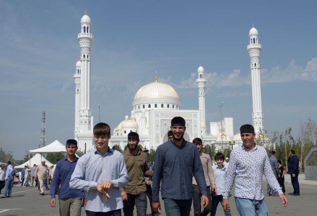 Κτίζουν Τζαμιά με τα Μάρμαρά μας (βίντεο)